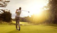 Man Berayun di Lapangan Golf